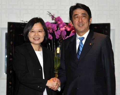 安倍氏と握手を交わす蔡氏=2011年9月、台北市
