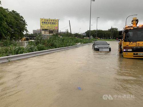 高雄市、大雨で道路の冠水被害が多発=同市政府消防局提供