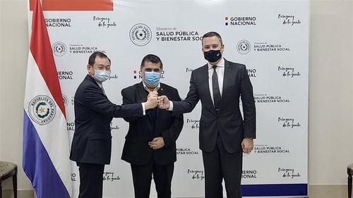 契約締結を喜ぶ(左から)台湾の韓志正駐パラグアイ大使、パラグアイのボルバ保健相、UBIアジアの米グループ企業代表=Business Wire via AP提供