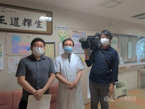 日本メディアの取材を受ける王輝生さん(中央)=王さん提供