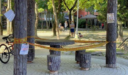 警戒レベル第3級の実施を受け規制線が張られた台北市の公園内のあずまや