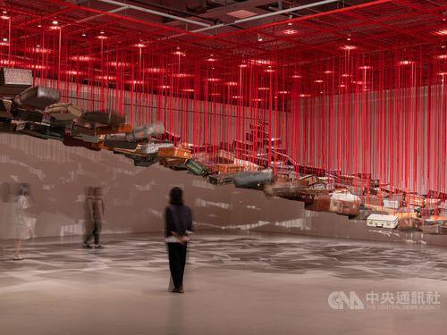 塩田千春さんの作品《集積―目的地を求めて》=台北市立美術館提供