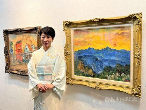 楊三郎美術館の村越のりこ代表。右側の絵は李登輝元総統のお気に入りの「玉山日出」(玉山の日の出)