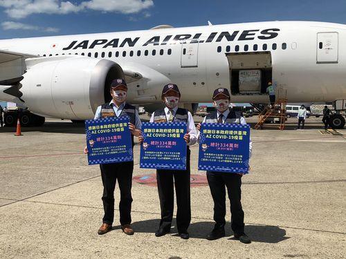 桃園国際空港でワクチンを載せた航空機を出迎える中央感染症指揮センターの陳指揮官(中央)ら