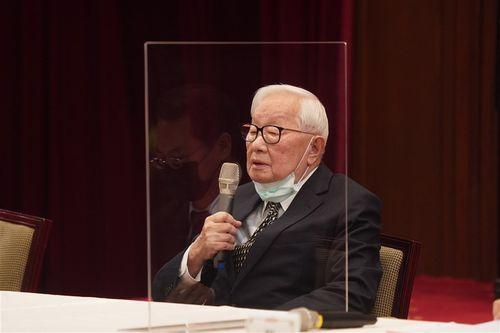 APECの非公式首脳会議に台湾の代表として参加後、総統府で記者会見に臨む張忠謀氏