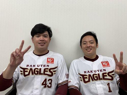 ポーズを決める宋(左)、松井両投手=東北楽天ゴールデンイーグルス提供