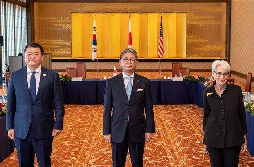 協議に臨む(左から)韓国の崔鍾建外務第1次官、日本の森健良外務事務次官、米国のシャーマン国務副長官=韓国外務省のツイッターから