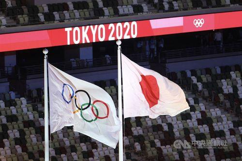 国立競技場に掲げられる五輪旗と日本の国旗