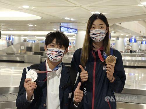 柔道男子の楊勇緯選手(左)とテコンドー女子の羅嘉翎選手=7月28日、桃園国際空港
