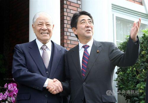 安倍氏(右)を台北の自宅に迎える李元総統=2010年10月末撮影