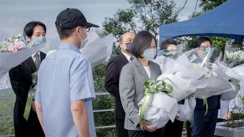 李元総統が眠る五指山軍人墓地を訪れ、献花する蔡総統(右手前)=蔡総統のフェイスブックから