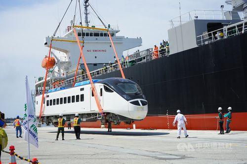 陸揚げされる都市間特急車両「EMU3000」=7月30日、花蓮港