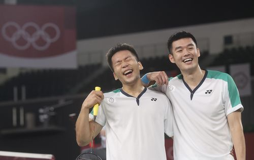 笑顔の李洋(左)と王斉麟