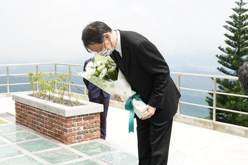 李元総統の墓前に花を手向ける日本台湾交流協会台北事務所の泉代表=同協会のフェイスブックから