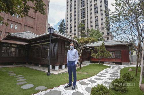 修復後の旧警察官舎を視察する林新竹市長=同市政府提供