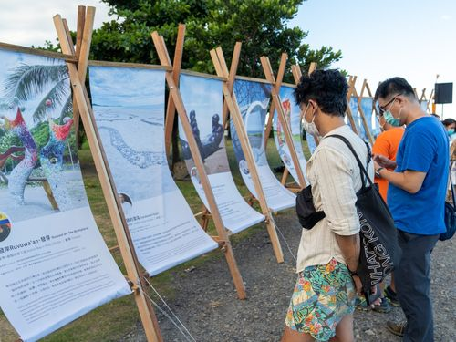 展示作品の紹介を見る人たち=台東県政府提供