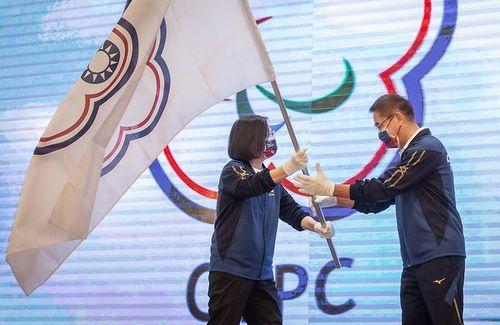パラ代表選手に団旗を授与する蔡総統(左)=総統府提供