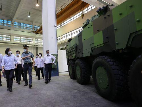 軍施設を視察する蔡英文総統(左)=総統府提供