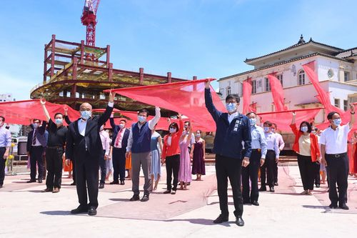 高雄駅旧駅舎移築の始動式に出席する蘇行政院長(左手前)、陳市長(右手前)=高雄市政府提供