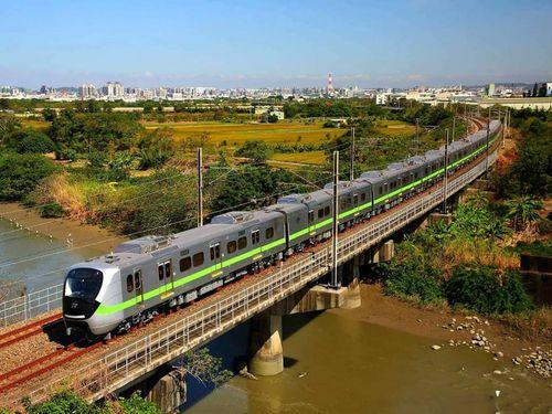 安全装置に不具合がみつかった台鉄のEMU900新型通勤電車=同社のフェイスブックページより