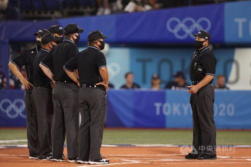 8月7日の東京五輪野球決勝戦で球審を務める紀華文さん(右)
