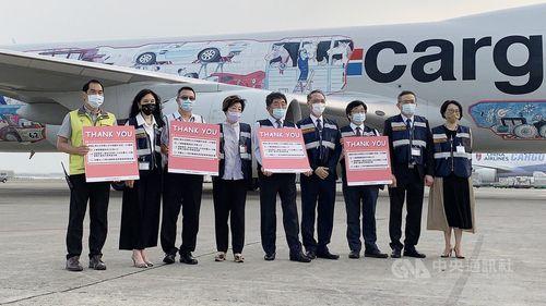 ワクチンを載せた貨物機を出迎えた陳中央感染症指揮センター指揮官(中央)ら