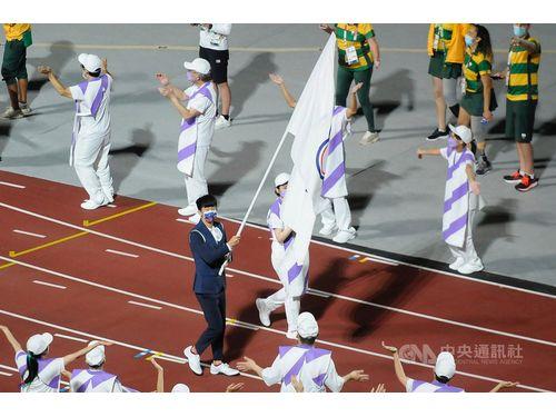 東京パラリンピックの閉会式で旗手を務めるバドミントン男子の方振宇選手(中央、教育部体育署提供)