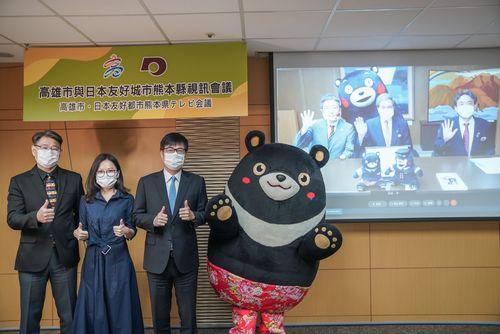 熊本県との交流を喜ぶ陳高雄市長(左から3人目)。右端は市観光局のキャラクター「ヒーロー」=同市政府提供