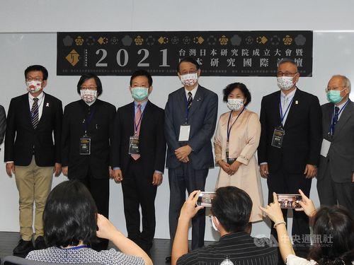 「台湾日本研究院」設立式典に出席する泉代表(右から4人目)、郭立法委員(左端)