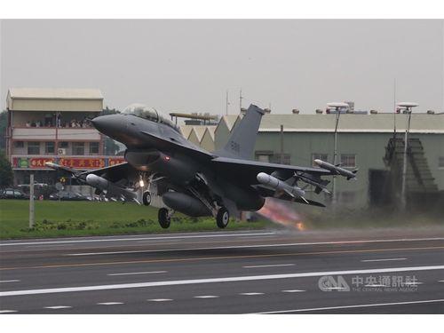 19年の漢光演習で彰化の道路を飛び立つF-16V戦闘機(中央社資料写真)