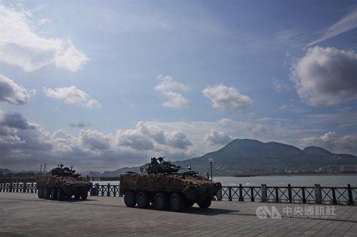 淡水河を防衛する訓練に参加する装甲車
