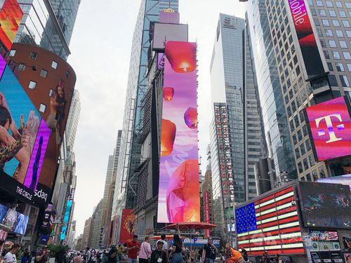 台湾、NYタイムズスクエアで国連参加訴え=街頭ビジョンに天灯舞う
