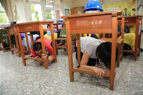 地震を想定した避難訓練を行う台中市の児童ら=同市政府提供