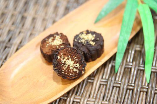 バナナやバナナの皮、チョコレートなどから作られた月餅=花蓮慈済医院提供