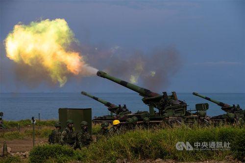 敵軍上陸想定の実弾射撃訓練 火砲が150発発射=写真は9月16日、屏東県で撮影
