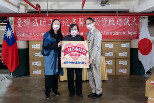 医療物資の発送式に臨む(左から)唐行政院政務委員、台湾日本関係協会の邱会長、日本台湾交流協会の泉台北事務所代表=外交部提供