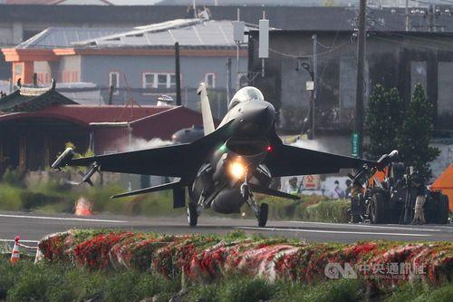 代替滑走路に着陸するF16V戦闘機=9月15日、南部・屏東県