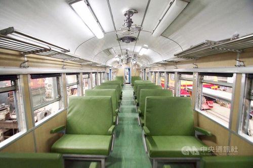 観光列車「藍皮解憂(憂さ晴らし)号」の車内=ライオントラベル