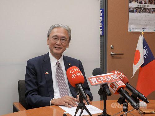 台湾メディアの取材に応じる日華懇の古屋会長
