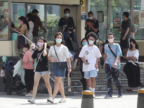 マスクをつけて外出する人たち
