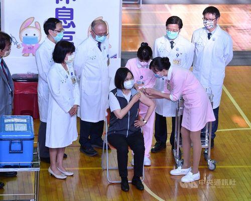 国産ワクチンの2回目の接種を受ける蔡総統