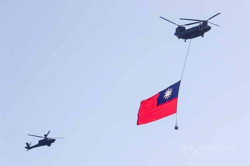 巨大な国旗をつるして総統府上空を飛行する輸送ヘリCH47。国旗のサイズは過去最大となる横18メートル、縦12メートル