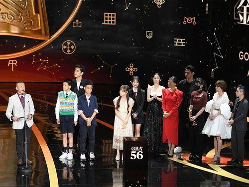 楊雅喆監督(左)と「天橋上的魔術師」に出演した俳優ら。