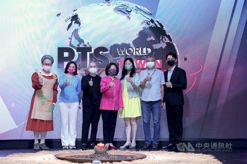 記者会見に臨む公共テレビの徐秋華代理総経理(右から3人目)ら=公共テレビ提供