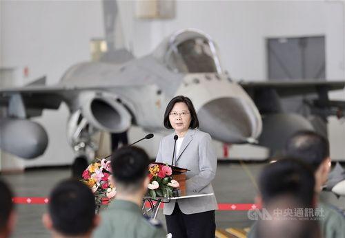 空軍の「天駒部隊」を視察する蔡総統=昨年9月22日、澎湖県