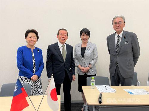 自民党議連の会合に出席する(左から)山谷元拉致問題担当相、謝駐日代表、高市政調会長、古屋日華懇会長