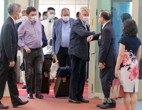 外交部(外務省)の曽厚仁政務次長(右から2人目)と肘タッチを交わすリシャール仏上院議員