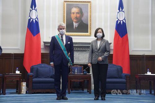 蔡総統(右)から勲章を授与されたリシャール元仏国防相