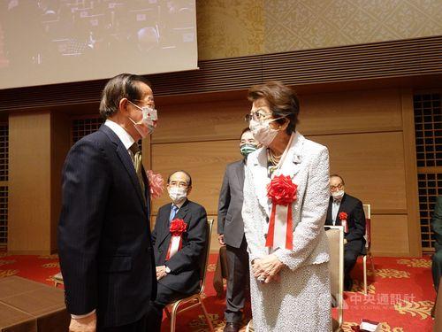 安倍洋子さん(右)と歓談する謝長廷駐日代表