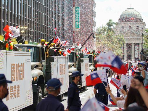 コロナと戦うヒーローたちのパレードを歓迎する人々